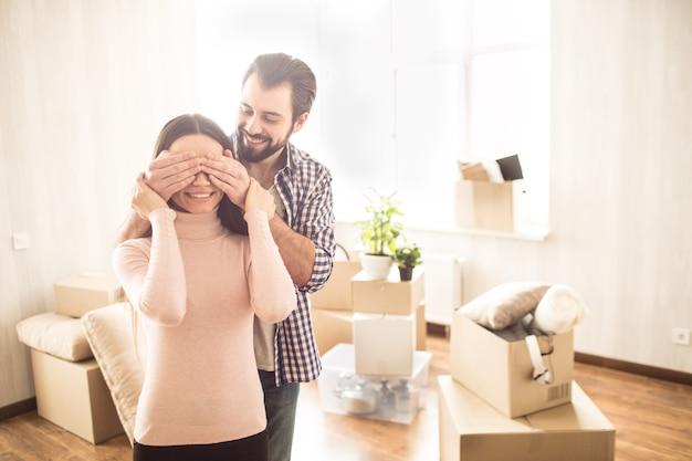 Feliz pareja está de pie dentro de su nueva casa