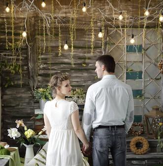 Feliz pareja de pie sobre la alfombra en la elegante sala de estar