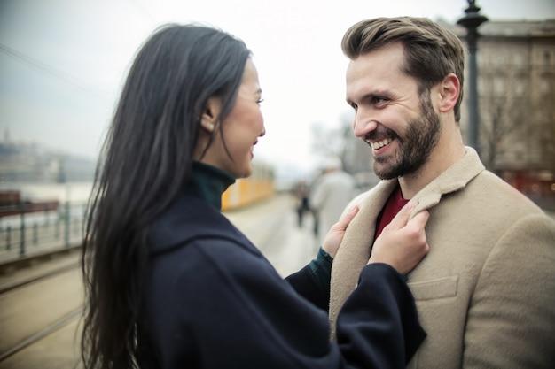Feliz pareja riendo
