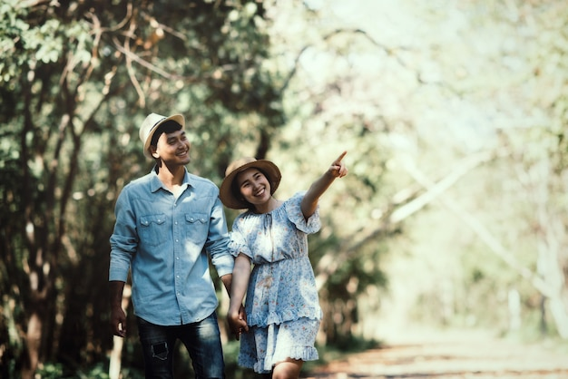 Feliz pareja romántica en el amor en el lago al aire libre