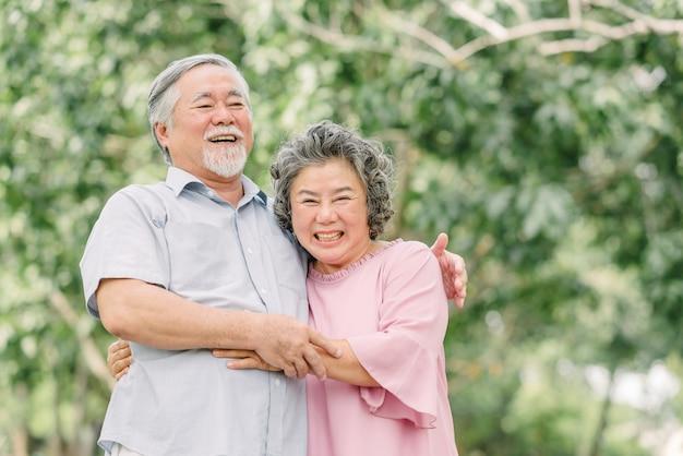 Feliz pareja senior abrazados en el parque