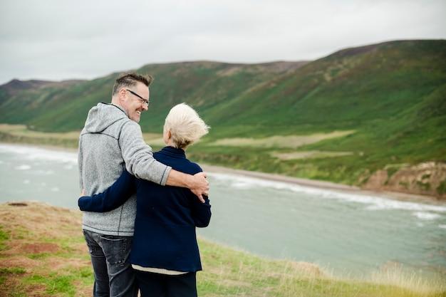 Feliz pareja senior abrazándose unos a otros