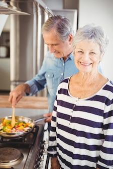 Feliz pareja senior cocinando comida