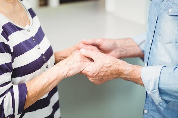 Feliz pareja senior cogidos de la mano