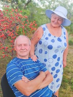 Feliz pareja senior disfrutando en el parque