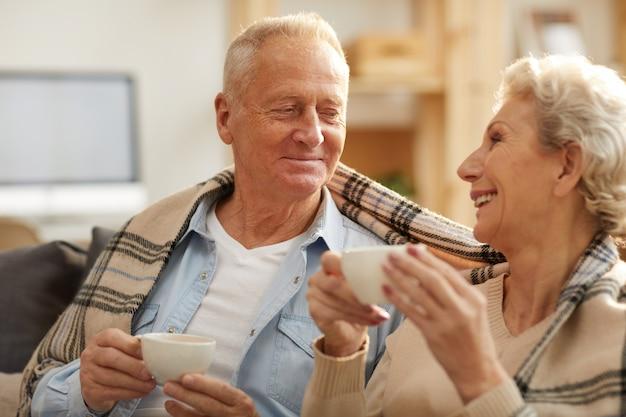 Feliz pareja senior disfrutando de té