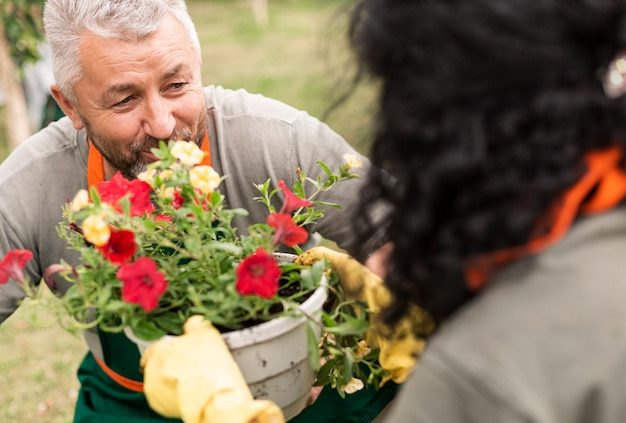 Feliz pareja senior con flores
