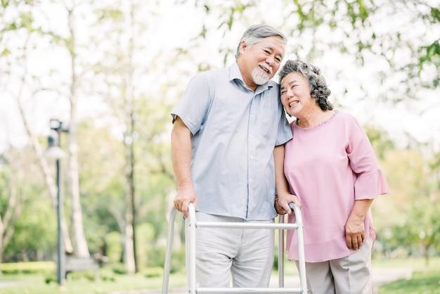 Feliz pareja senior hablando de un paseo con walker