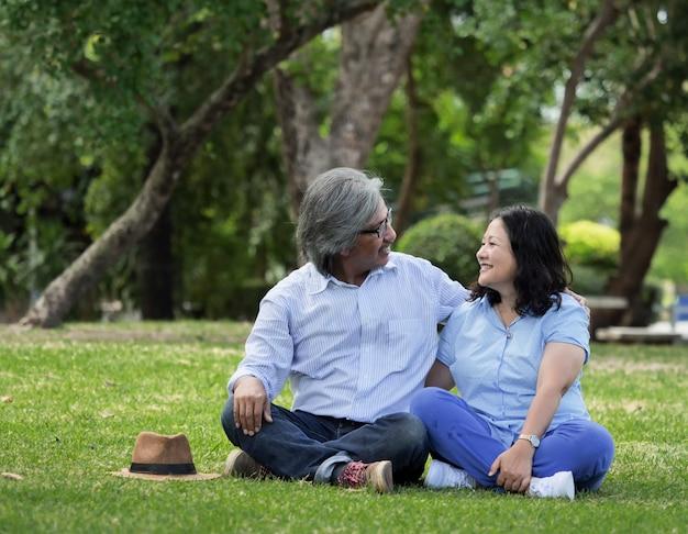 Feliz pareja senior pasar el tiempo juntos en el parque en otoño.