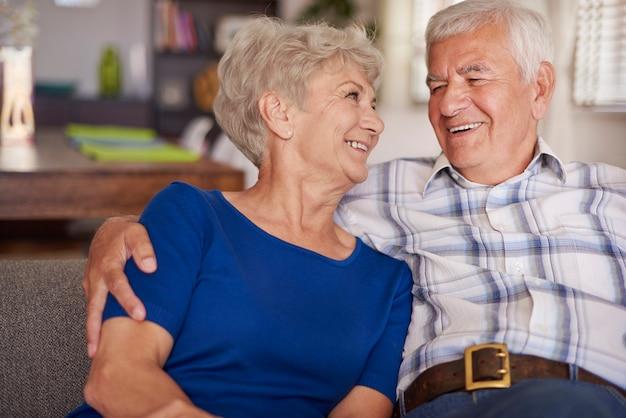 Feliz pareja senior en el sofá te
