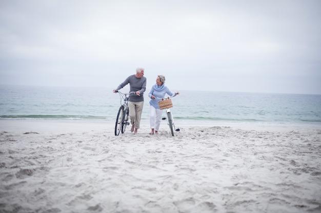 Feliz pareja senior con su bicicleta