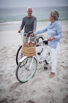 Feliz pareja senior con sus bicicletas