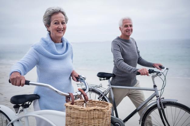 Feliz pareja senior teniendo paseo con su bicicleta