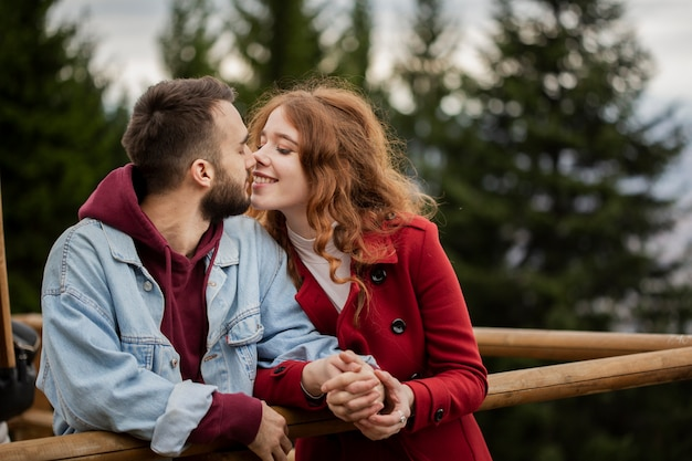 Feliz pareja siendo cariñoso