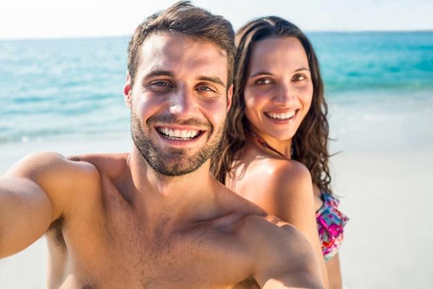 Feliz pareja sonriendo