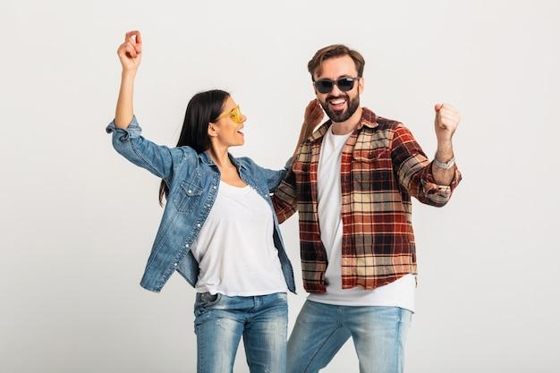 Feliz pareja sonriente bailando en fiesta aislado en blanco studio