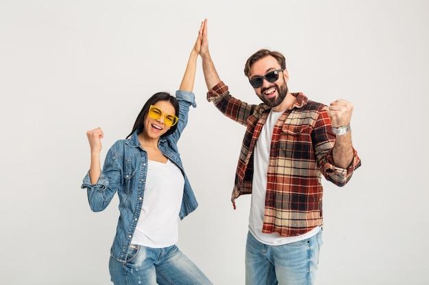 Feliz pareja sonriente dando equipo de cinco ganadores aislado en blanco studio