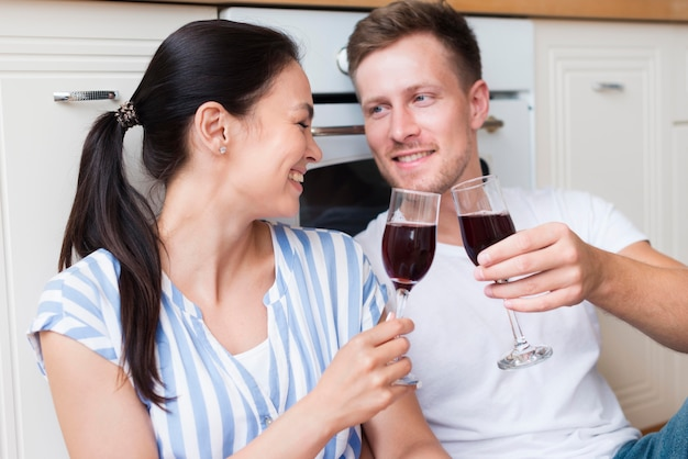 Feliz pareja sosteniendo copas