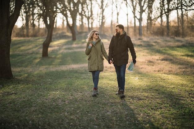 Feliz pareja tomados de la mano en la naturaleza