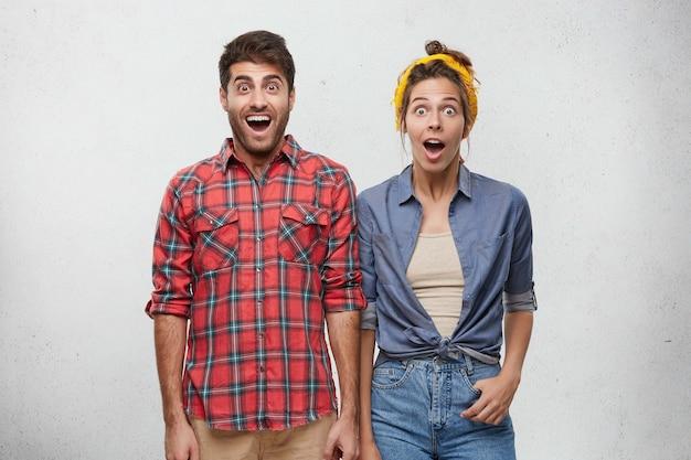 Feliz pareja vestida casualmente posando