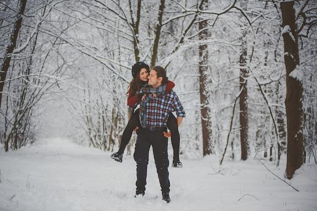 Feliz pareja de viaje de invierno