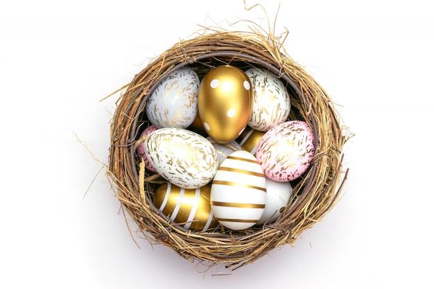 Feliz pascua de fondo. brillo colorido decorado huevos aislados en blanco. para tarjetas de felicitación, promoción, póster, folleto, banner web, artículo