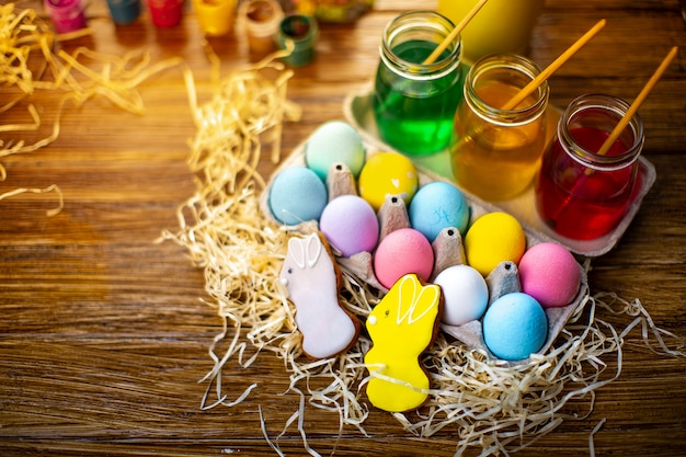 Feliz pascua con huevos coloridos en la cesta. decoración de mesa para vacaciones. vista superior.