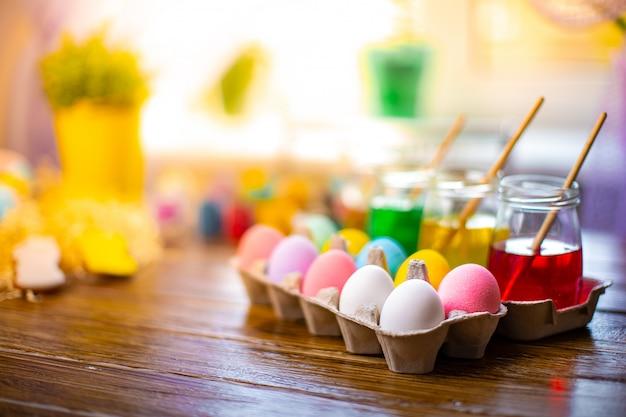Feliz pascua con huevos coloridos en la cesta. decoración de mesa para vacaciones.