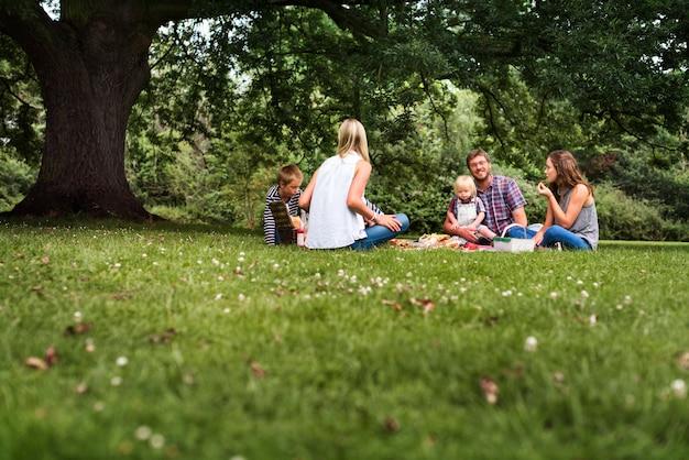 Feliz picnic familiar en el parque