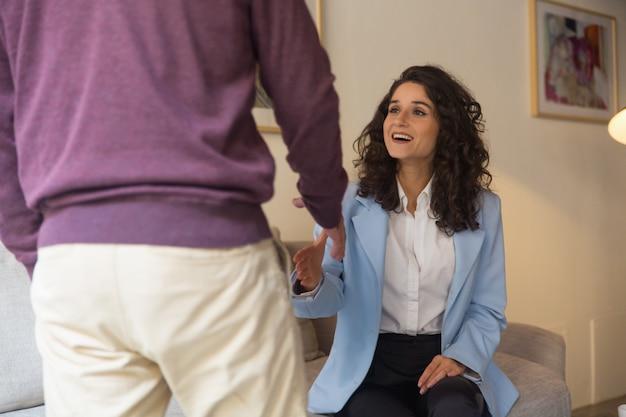 Feliz positivo femenino profesional saludo masculino cliente