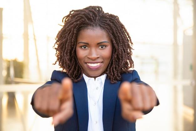 Feliz recluta positivo agente señalando con el dedo