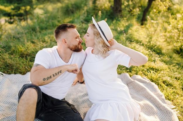 Feliz retrato de pareja amorosa en un paseo por el parque en un día soleado.