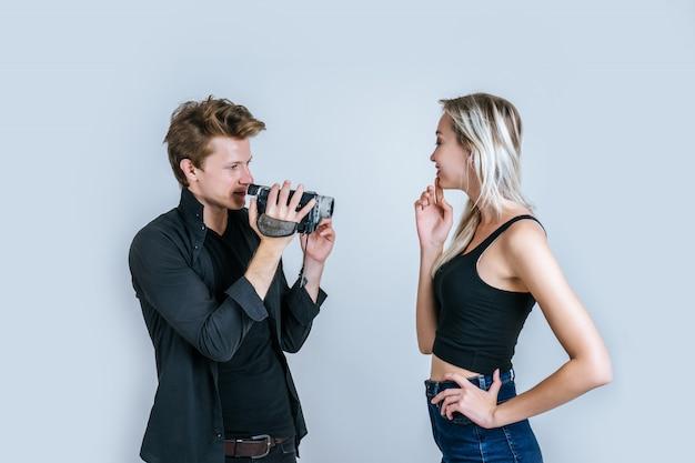 Feliz retrato de pareja con cámara de video y grabar clip de video