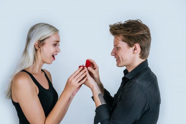Feliz retrato de pareja sorpresa matrimonio