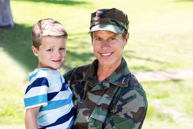 Feliz soldado reunido con su hijo