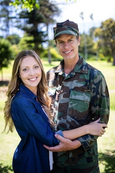 Feliz soldado se reunió con su compañero en el parque