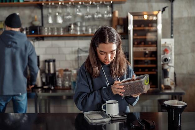 Feliz sonriente barista profesional en café