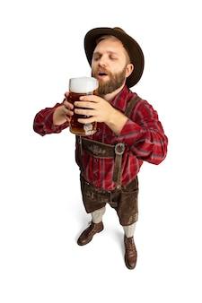 Feliz sonriente hombre vestido con traje tradicional bávaro con comida festiva. celebración, oktoberfest, concepto de festival. copie el espacio para el anuncio