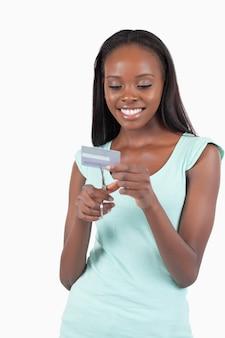 Feliz sonriente joven destruyendo la tarjeta de crédito