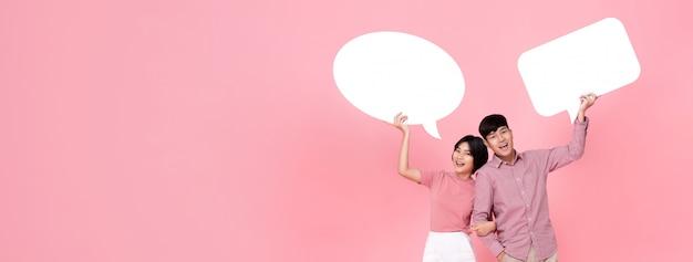 Feliz sonriente joven pareja asiática con burbujas de discurso