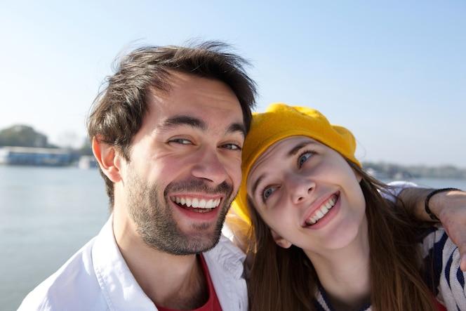 Feliz sonriente joven pareja riendo