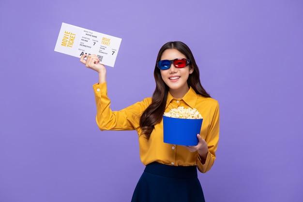 Feliz sonriente mujer asiática con gafas 3d palomitas de maíz y boleto de cine