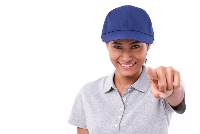 Feliz, sonriente mujer trabajadora o personal de servicio apuntando hacia usted