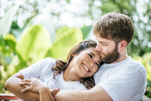 Feliz sonriente pareja diversidad en el momento de amor juntos