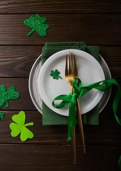 Feliz st. día de san patricio. tarjeta con cerveza y trébol de la suerte. celebración festiva del día de san patricio. símbolo del festival irlandés. concepto afortunado