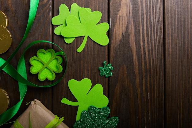 Feliz st. día de san patricio. tarjeta con trébol de la suerte. símbolo del festival irlandés.