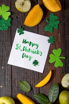 Feliz st. tarjeta del día de patrick con comida y trébol de la suerte