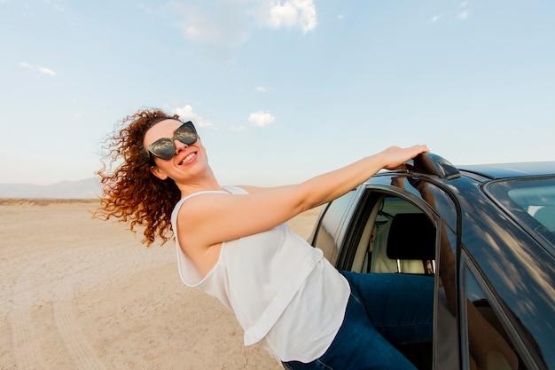 Feliz viaje por carretera con coche en la naturaleza