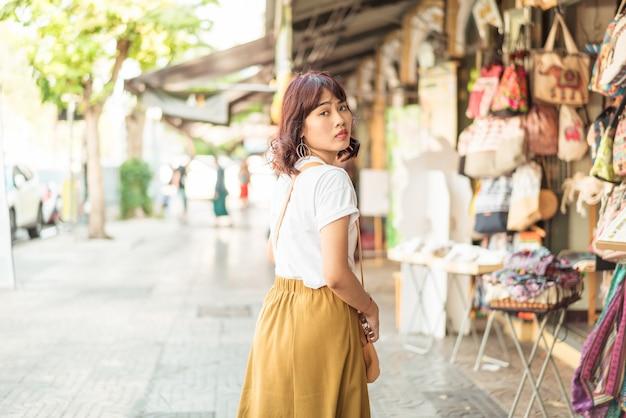 Feliz viaje mujer asiática en tailandia