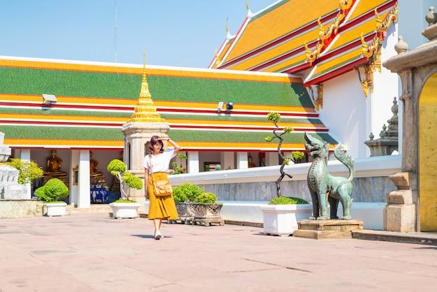 Feliz viaje mujer asiática en el templo en tailandia